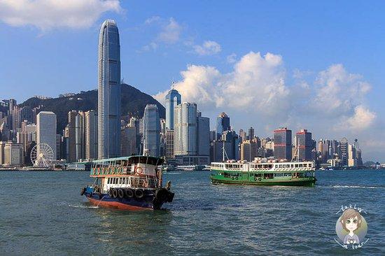 Hongkong, Čína: Eine meiner absoluten Lieblingsszenen in Hong Kong. Auch wenn die Stadt derzeit nicht unbedingt auf den Top Ten der empfehlenswertesten Reiseziele steht, so wird sich die Lage hoffentlich bald wieder ändern und die Stadt wird auch für Touristen wieder interessanter. Ein Spaziergang an der Promenade von Kowloon und eine Fahrt mit der Star Ferry sollte bei keinem Hong Kong Besuch fehlen!
