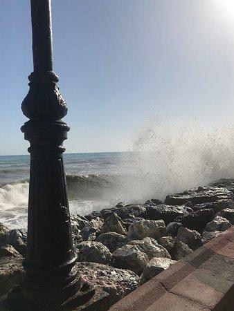 Torremolinos, Espagne : Big wave day; splashing pedestrians on the promenade.