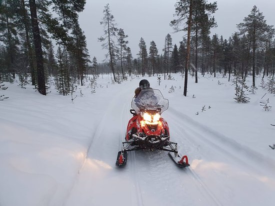 Snowmobile Driving - Morning start: We riding snowmobile