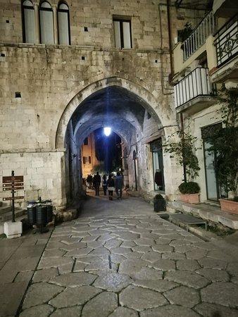 Altro scorcio unico della via Appia con una costruzione di epoca medioevale che la sovrasta.