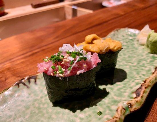 蔥吞拿魚腩蓉軍艦和海膽壽司