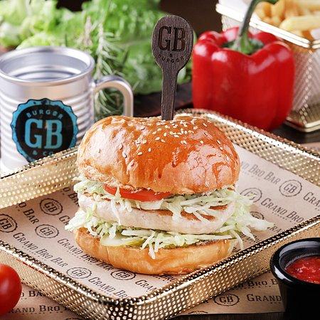 Бургер «Гуччи» Фэшн-бургер с модным трюфельным соусом, фирменной куриной котлетой Grand Bro, помидорами, айсберг и пикантными огурчиками