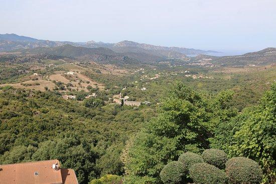 Oletta étant un village perché, je dirai tout simplement que la terrasse de ce restaurant est jolie car on peut y voir la vallée,