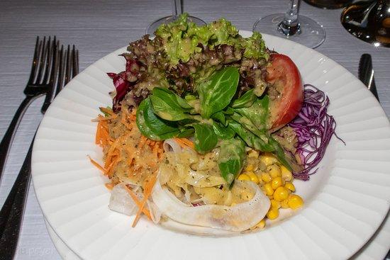Der gemischte Salat war frisch und mit einem leckeren Dressing zubereitet. Allerdings mit viel Sauce, was für mich zufälligerweise genau gepasst hat. Aber ich kenne andere, die möchten gerne mit einem Krüglein die für sie passende homöopathische Portion selber bestimmen.