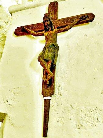 Des restes de peintures du 12ème, un christ en croix, en bois polychrome daté du 14ème dans une église restaurée