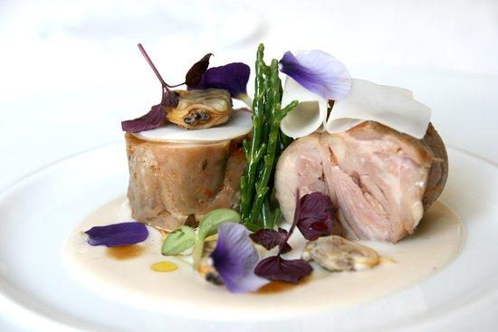 Coniglio grigio di Carmagnola, seppie, vongole veraci, salsa Pernaud, salicornia