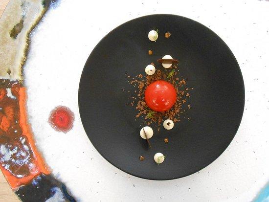 Gelee di peperone, namelaka al cioccolato bianco, crumble di cacao, fave di Tonka