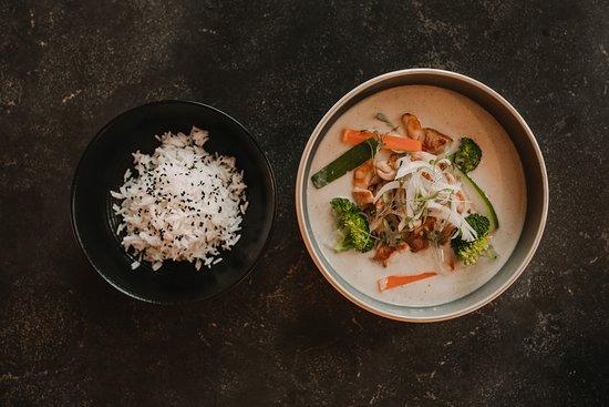 Receta de curry amarillo de pollo con arroz al estilo oriental.