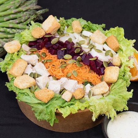 Ensaladas super deliciosas con ingredientes 100% frescos preparadas al instante.