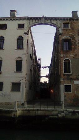 Venecia, Italia: Venezia non turistica, zona Santa Maria Maggiore, sestiere S. Croce. Si noti anche la corda con il bucato steso ad asciugare😊