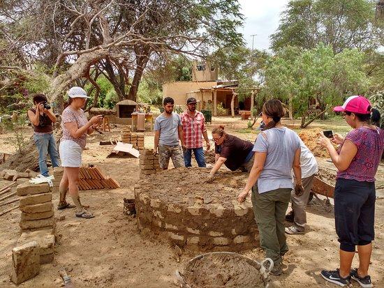Tucume, Перу: aprendiendo a construir un horno de barro
