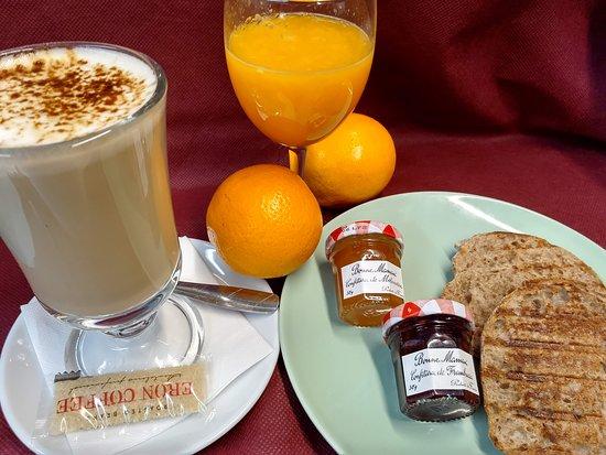 Desayuno con cafè doble,tostadas de mermelada y mantequilla y zumo narural
