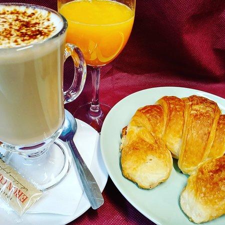 Desayuno con cafè doble,bolleria y zumo natural