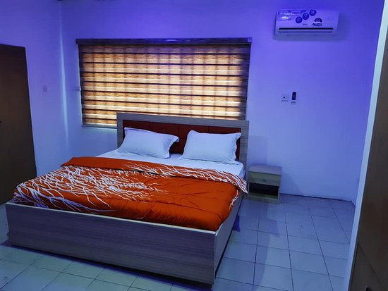 Ikeja, Nigeria: This is one of the beautifully furnished rooms in the 3 bedroom flats. king sized beds and giant wardrobes in all the rooms. Similar beds in the 1 bedroom studio apartments but smaller sizes.