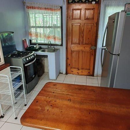 Cahuita, Costa Rica: aproveche  para estas fechas  casa en alquiler ...  dos habitaciones sala cocina , baño parque  dos autos  muy seguirá  num :83206608 o 64496855