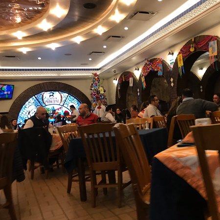 La comida está muy rica. Excelente atención. Muy buen ambiente el lugar es muy bonito. Aceptan todas las tarjetas incluyendo Amex, facturan. Los precios están un poco altos pero vale la pena. Lo recomiendo.
