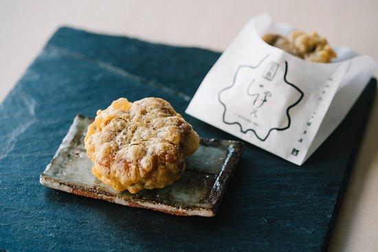 宮島じゃけえ もみじ饅頭をシンプルに衣で揚げる。 もみじまんじゅう屋のまかないおやつとして親しまれてきたものを口当たり軽く上品に仕上げました。 Miyajima Jake Elegantly refined batter-coated and deep-fried simple snack traditionally enjoyed by workers at Momiji Manju shops.