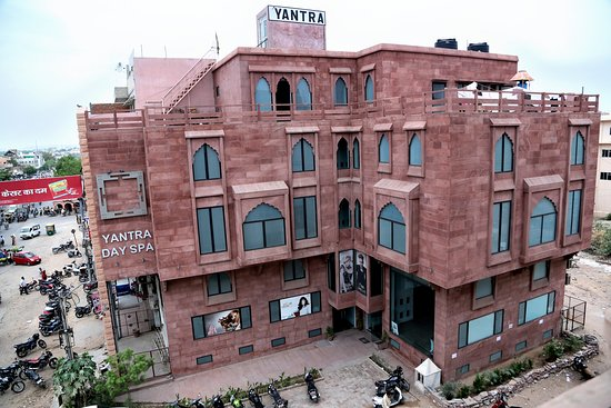 Yantra Salon and Spa offers a full range of services for its clients, including haircuts, hair color, hair styling, hair treatments, blowouts, facials, waxing, pedicure, manicure, makeups, body massage, body spa and other beauty services.  Its hairstylists and beauticians attend advanced training programs year round to keep abreast of new techniques and further hone their skills.