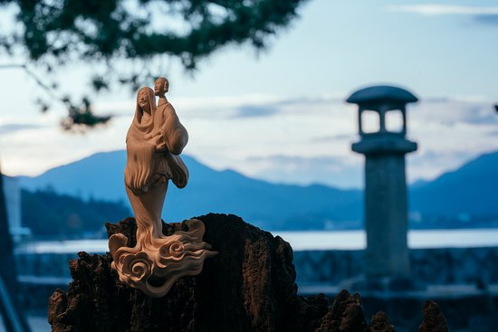 博多屋の店内に設置している彫像 「ナゴリのトキ」彫像は安徳帝を抱く平時子 Nagori no Toki
