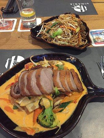 Anholt, Đức: Heerlijke wok met eend, met keus uit diverse sauzen (hier de pittige curry) en gebraden noedels.