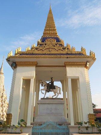 Le roi Norodom sur son cheval tel que le roi soleil à Versailles