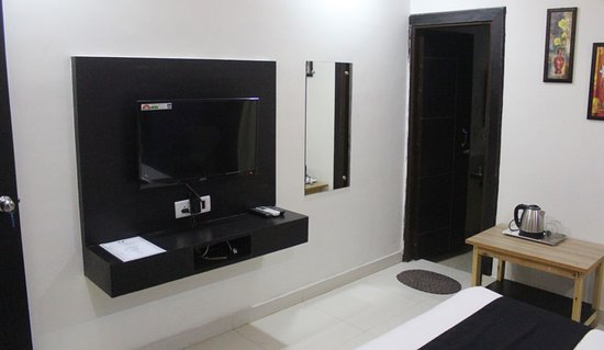 Agra, Indien: LED television with Electrical Kettles in the rooms