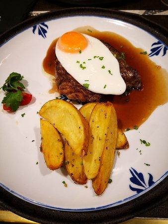 Bife da vazia, com ovo estrelado, batata frita e salada