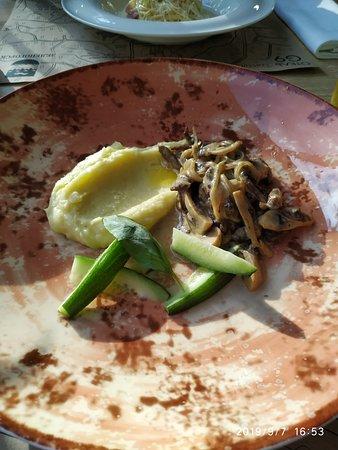 Бефстроганов с картофельным пюре и малосольными огурцами