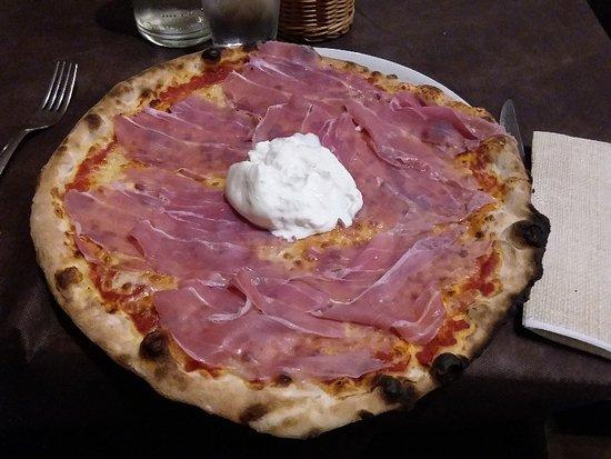 Pizza Bambola con crudo di Parma in uscita e burrata pugliese al centro