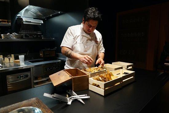 Le Chef étoilé Carlos Camino en pleine action pour vous faire voyager à Traver les saveurs péruviennes.