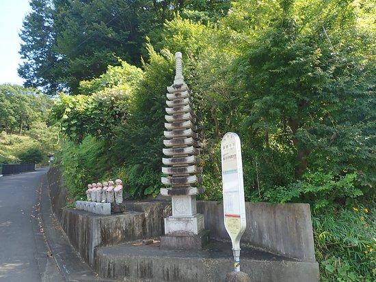 廣慶寺前と言うバス停。小さいけど立派な塔。そして6地蔵。