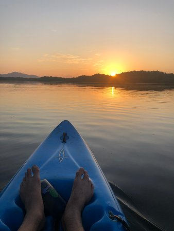Monty's Beach Lodge: Sunrise paddle in an estuary. To the left is a volcano (hard to see but you need to be there)