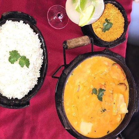 moqueca de camarão  um dos mais pedidos da casa , acompanha , arroz , farofa amarela , e fritas