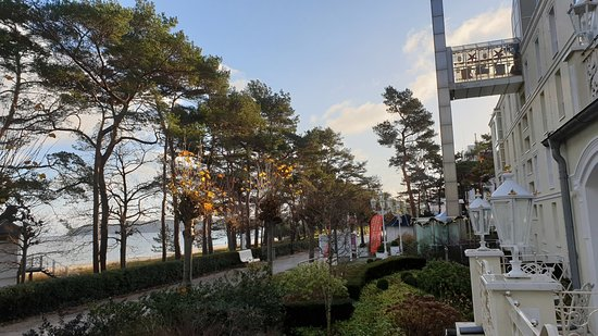 """روجارد ستراند هوتل: Blick vom Balkon des Zimmers (""""1. Etage"""") auf Strandpromenade Richtung Süden sowie auf Fassade des Hotels"""