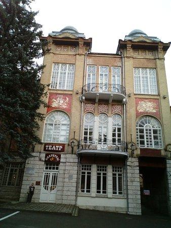 Часть фасада и главный вход  Театра в Пятигорске