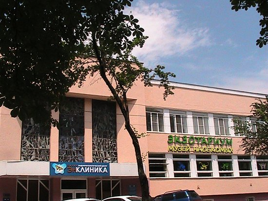 Здание напротив Театра в Пятигорске с  Музеем насекомых и прочими учреждениями