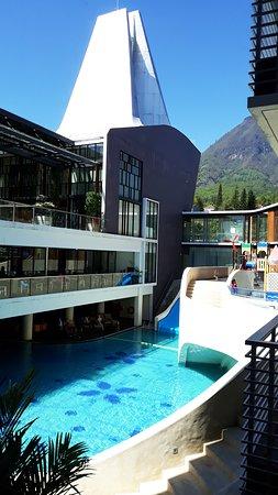 Les installations de l'hôtel sont assez complètes. Une piscine pour adultes avec des espaces intérieurs et extérieurs et un grand toboggan, un bar au bord de piscine, une petite piscine et aire de jeux pour les enfants, un spa ouvert 24h / 24, une salle de sport, un jacuzzi, un billard ainsi qu'une salle de jeux équipée d'une station de jeux.  PINO