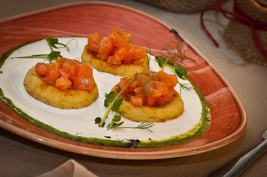 Соленые картофельники с лососем и сметаной