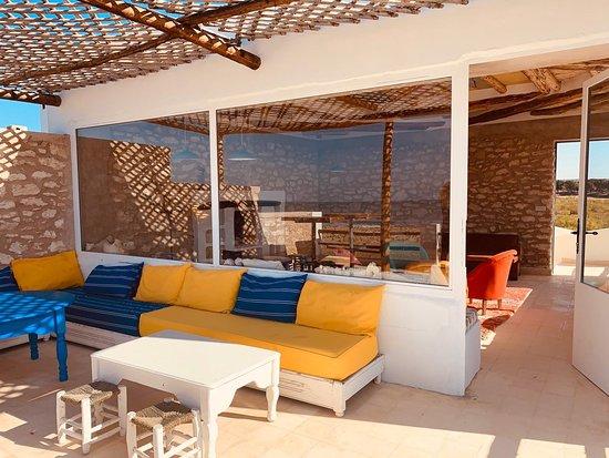 Petit paradis caché à Sidi kaouki, mérite le détour. Super lieux de détente, lieux où il fait bon vivre. Propose des chambres aussi, la vue est impressionnante face à l océan. De la propriétaire aux serveurs tout le monde est super sympa. Merci Mimi Patricia 😉😘
