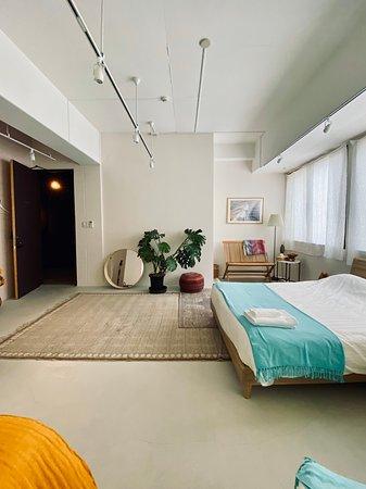 YUTASHIKU 個室 PRIVATE ROOM ダブルベッド 2台 Double Bed     2 シングルベッド 1台 Single Bed  1 計 5名様まで Accommodates 5  一番広い個室、日当たり良好  Largest Room + Well Sunlit