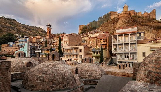 Gruzie: 18-19th century buildings, backyards, home entrances and all the tiny age-old details you might otherwise miss. Tbilisi is all about legends, facts and adventures that locals often share with guests.    For more info: https://conciergetbilisi.com/unique-experience-in-georgia