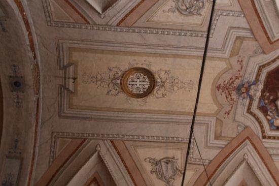 j'ai bien aimé l'intérieur, en particulier les fresques au plafond.