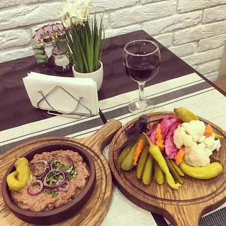 Лобио - именно так называют фасоль в Грузии, отсюда получают свое название и все блюда приготовленные с ее участием. Это калоритное блюдо может готовиться как из красной, так и из зеленой фасоли с добавлением различных ингредиентов, например граната или грецких орехов
