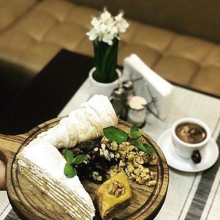 Гозинаки (გოზინაყი - по-грузински «гозинаки») - новогодняя грузинская сладость, приготовленная из грецких орехов и меда. Это очень вкусно!