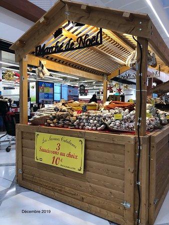 Chalet de vente de saucissons du petit Marché de Noël dans la zone Bali Market d'Aéroville