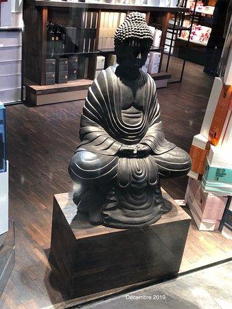 Bouddha de la vitrine du magasin Rituals en zone Nordic Chic d'Aéroville