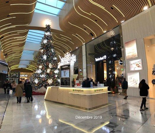 La Réception d'Aéroville, près du croisement des zones Tokyo Mix, Bali Market et Nordic Chic