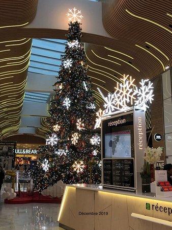 L'arbre de Noël géant en zone Nordic Chic d'Aéroville