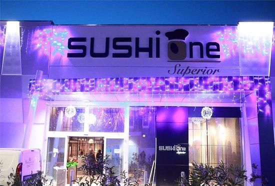 Il SushiOne Superior a Lonato del garda, aspetta i clienti in ambienti super riservati con uno stile unico. Il cibo viene cucinato con amore e il personale è disponibile per tutti i clienti amanti del marchio SushiOne Superior.