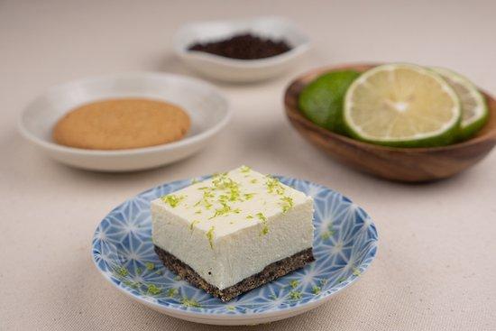 檸檬白磚,檸檬生乳酪蛋糕,選用法國奶油乳酪及西班牙消化餅乾製作。檸檬乳酪口感滑順,味道微酸,綜合底部餅乾,增添了口中的層次感。